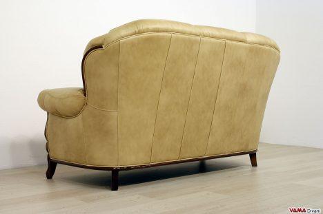 Divano classico 3 posti in pelle beige con cornice in legno