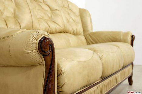 Divano classico beige con braccioli in legno