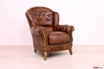 Poltrona classica marrone in pelle e legno