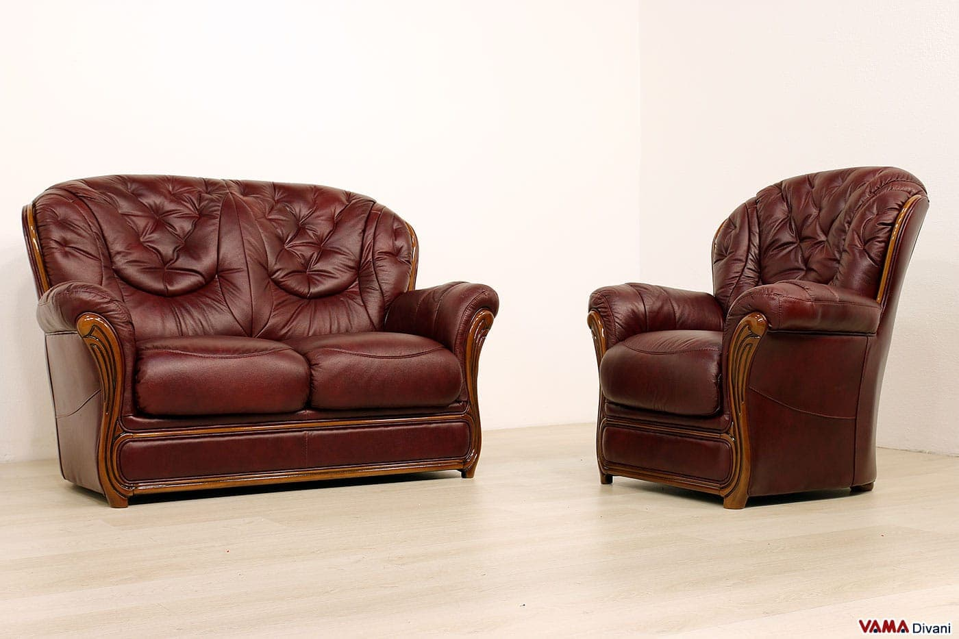 Divano 2 posti classico con finiture in legno in offerta - Divano classico in pelle ...