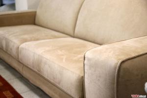 Particolare cucitura bracciolo divano sfoderabile in microfibra