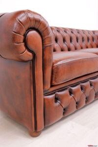 Bracciolo divano Chesterfield con base sotto i cuscini capitonné