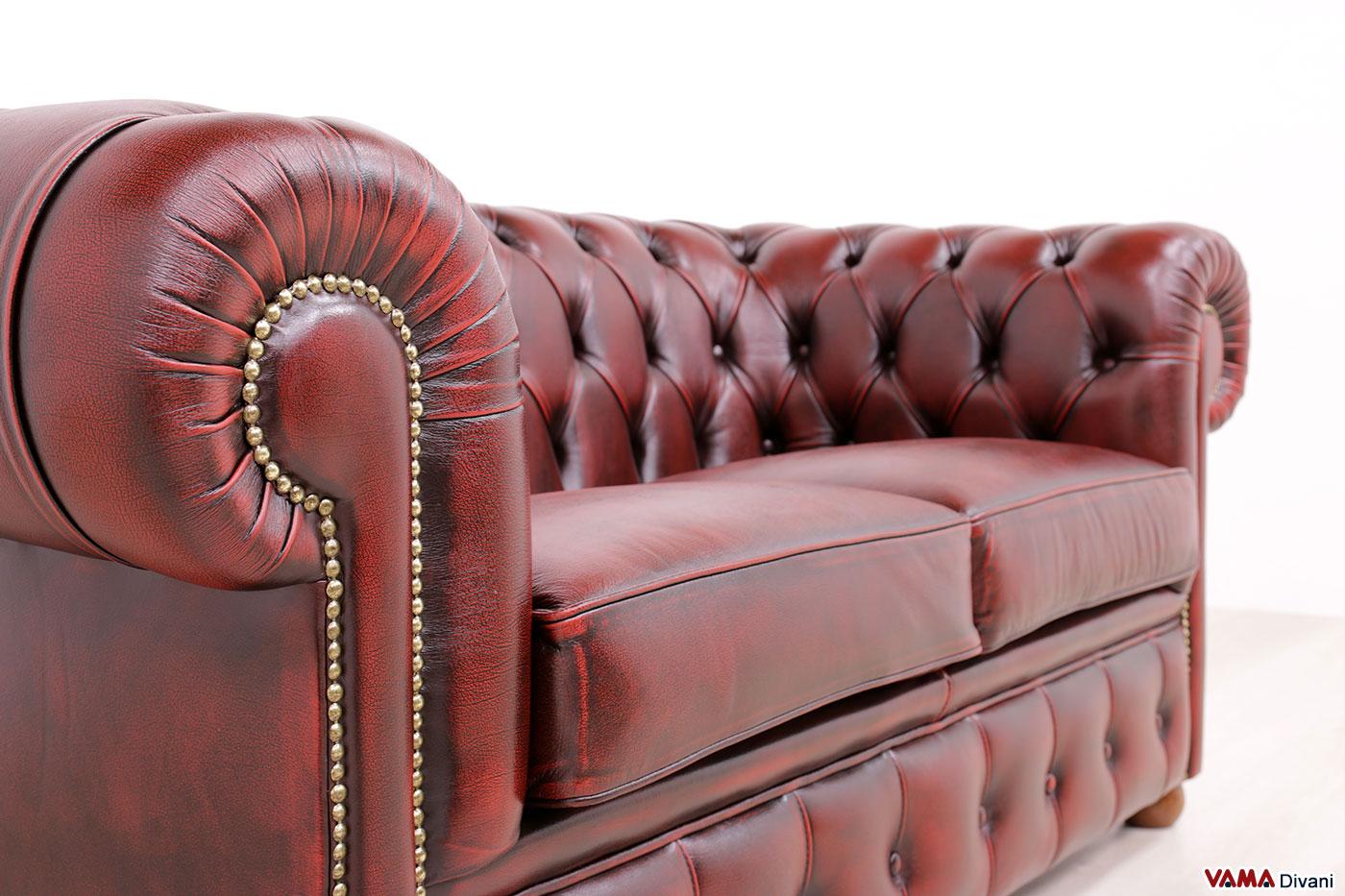 Bracciolo con borchie del divano Chester 2 posti rosso