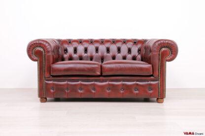 Divano Chester 2 posti stile inglese rosso vintage con chiodi