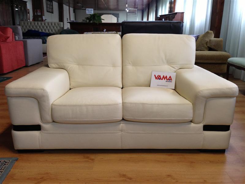 Divani in offerta occasioni di divani letto in pronta for Divani classici in pelle e legno