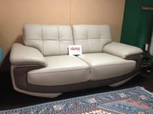 divano in pelle moderno con sfumature di grigio (1)